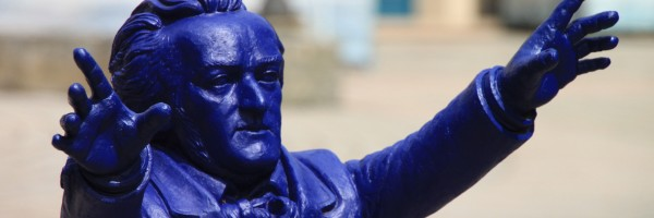 Richard Wagner en plastique bleu. Installation sur la Colline verte, 2013